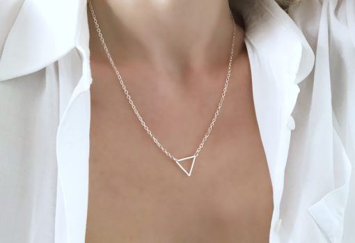 collier avec pendentif triangle